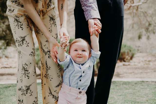 歩きはじめた赤ちゃんの画像