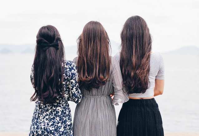 将来を願う女性たちの後ろ姿の画像