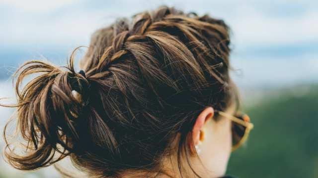 髪を束ねた女性の画像