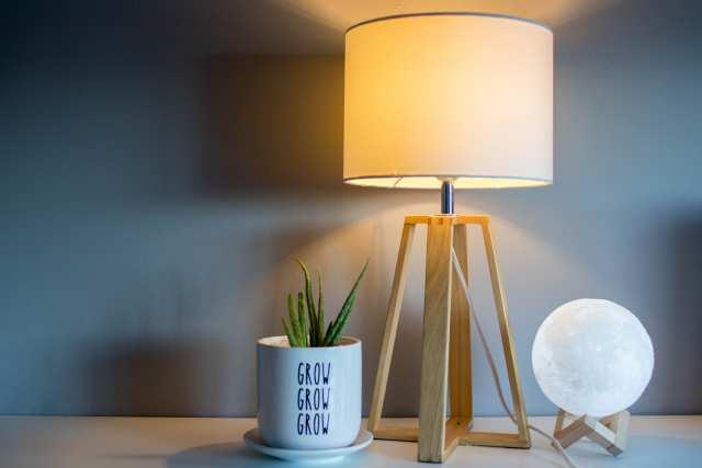 ベッドサイドのランプの画像