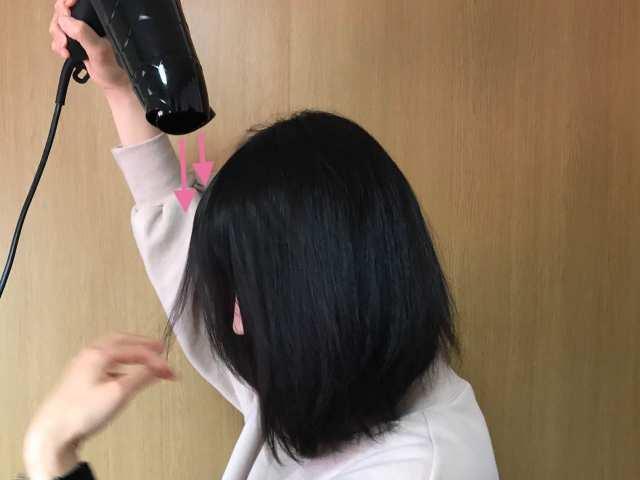 前髪を乾かしている画像