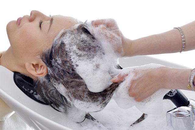 「シャンプー」も髪のパサつき、キューティクル剥がれの原因になる!