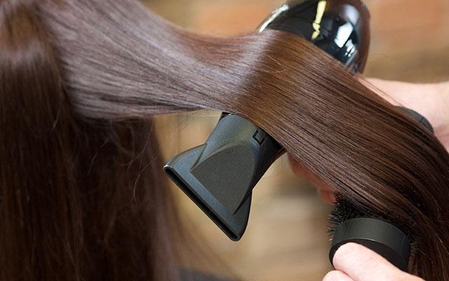 「長時間・近づけすぎのドライヤー」は髪や頭皮にダメージを与える!
