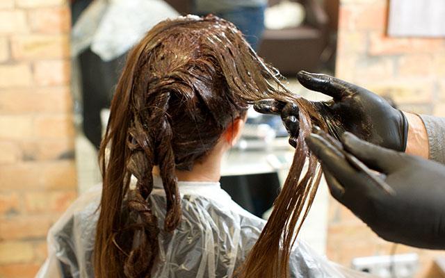 パサつきは髪のキューティクルが剥がれてしまうことが原因