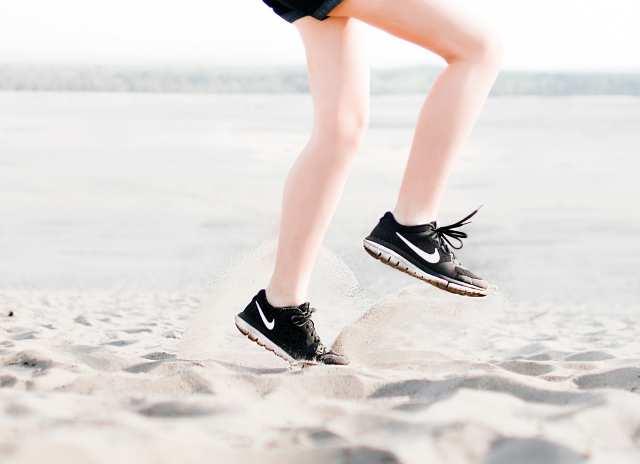 運動している女性