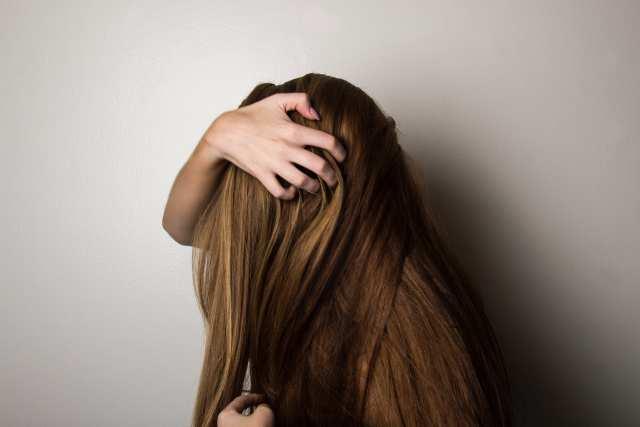 頭をかかえた女性